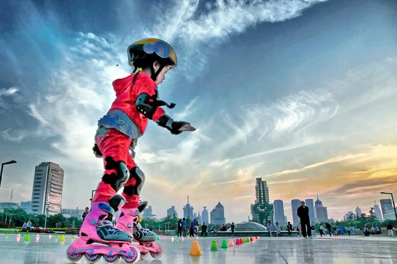 《泉城广场的轮滑女孩》