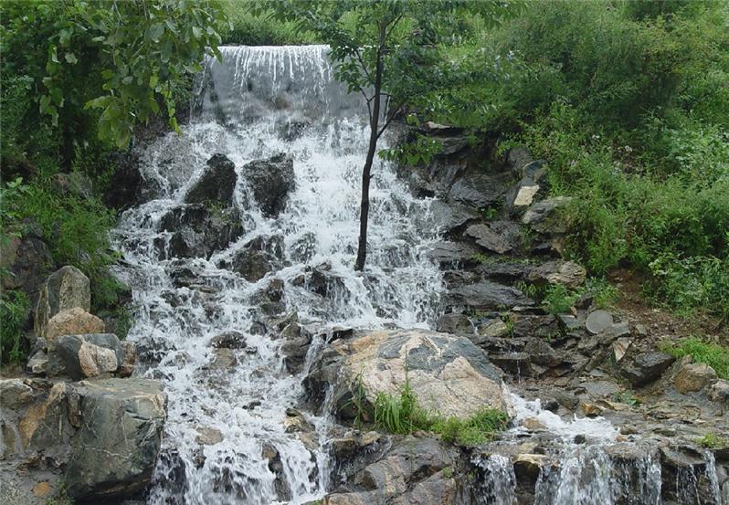 水帘峡风景区位于济南市历城区的柳埠