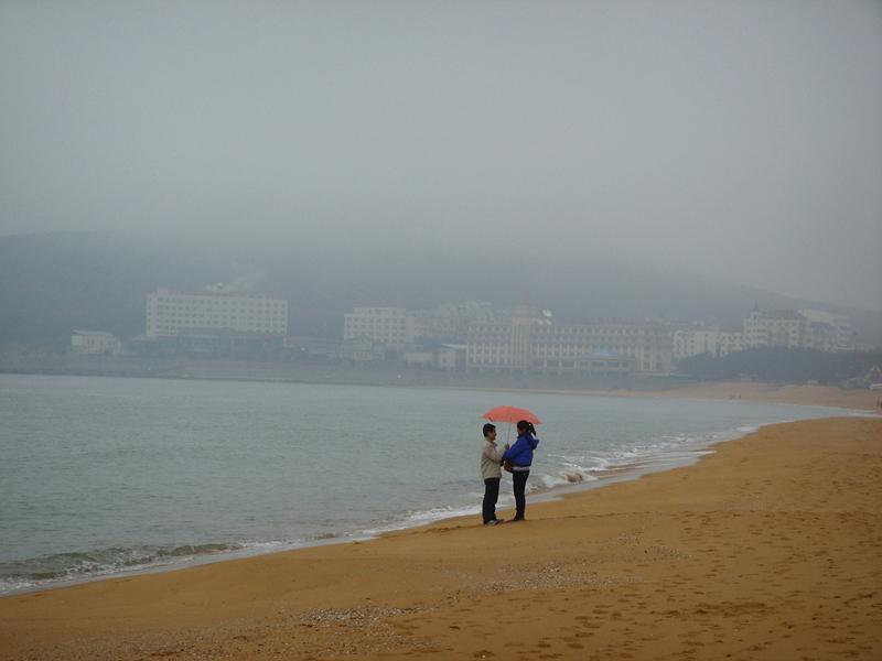 海边雨中浪漫图片