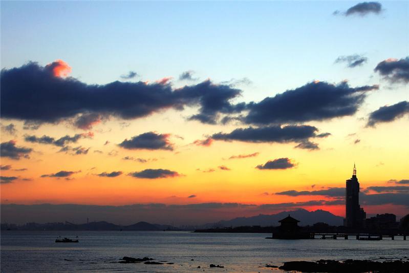 《夕阳下的青岛前海湾》