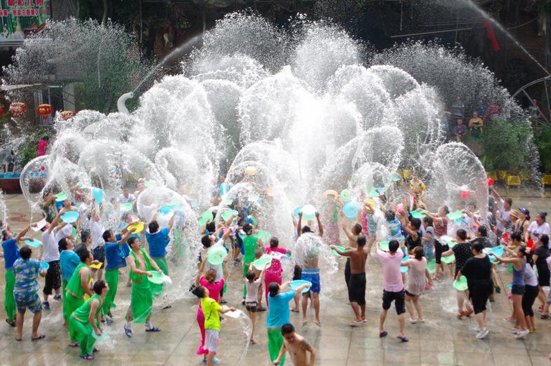济南九顶塔在民族广场组织的泼水节活动