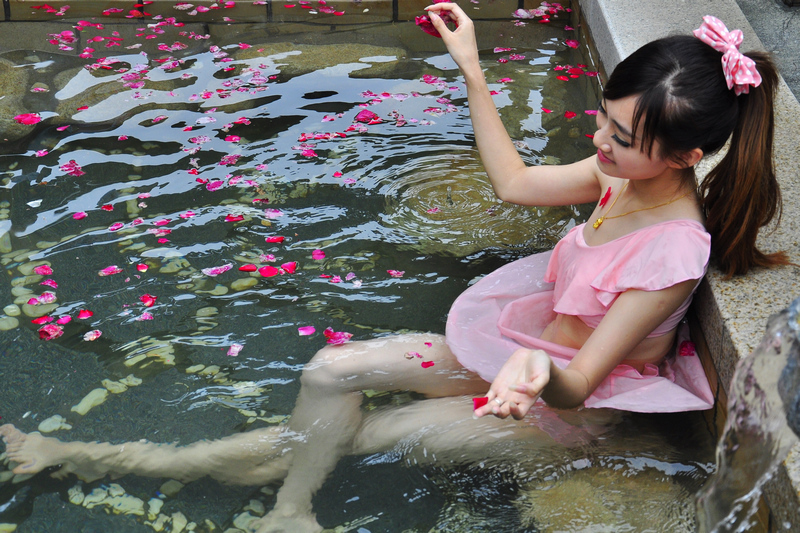 泰山温泉汤屋温泉美女在花瓣