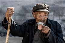 喝茶的老人