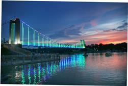《夕阳下的玻璃桥》