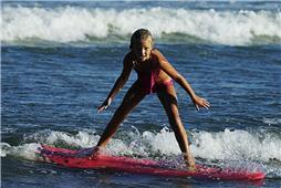 青岛海边的冲浪女孩