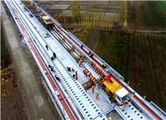 致敬高铁建设者