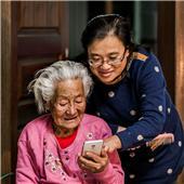 我教婆婆玩手机