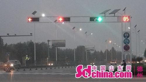 接线员告诉记者,从昨天起接到多个投诉电话反映该路口的红绿灯时间