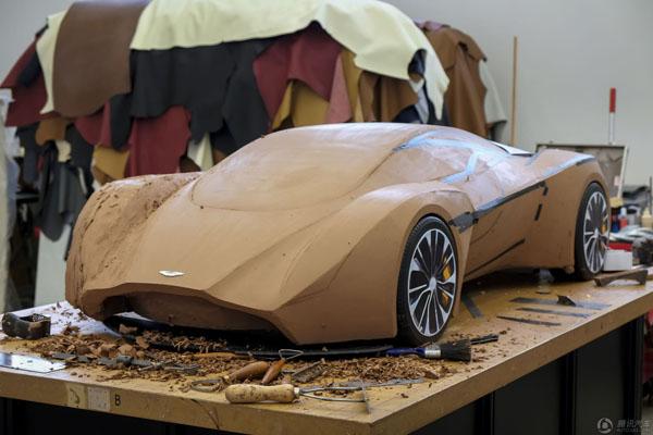 目前,阿斯顿·马丁正在寻找未来的汽车设计天才,招聘到岗的实习生将从事车型设计中粘土模型的塑形工作。这一招聘的名额为两名。届时,这两名实习生将进入备受好评的阿斯顿·马丁设计部门,为这个跑车品牌的未来添砖加瓦。获得工作机会的实习生将从2015年1月开始工作,实习期为四年。在实习期间,他们讲拥有难得机会来培养实际的技能。在培训结束之后,这些候选者需要依据原始的设计理念,设计出一个兼具内外饰的全尺寸粘土模型作品。