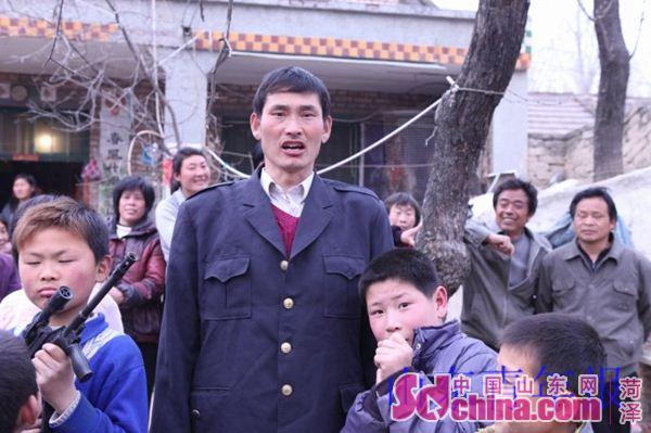 志刚当年拍摄的朱之文为孩子们歌唱的照片如今在网络广为流传-大衣