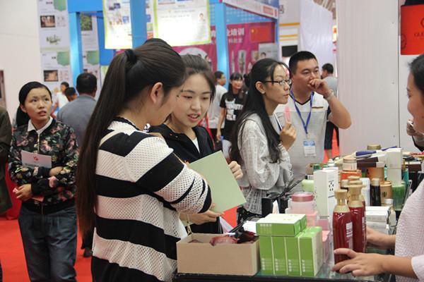 中日韩产业博览会首日 日韩进口商品受欢迎