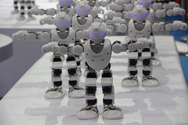 """机器人""""大咖""""集聚潍坊 秀舞蹈拼球技赚足眼球"""