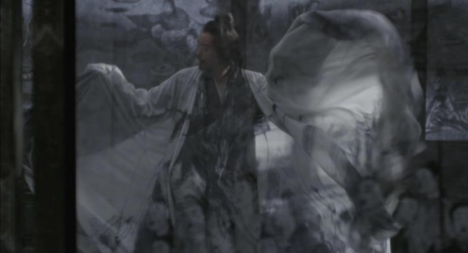 <br/>  11月5日,郑恺在微博发布了一组自己新电影《影》的剧照,照片中,郑恺一席白衣,些许的黑色墨迹更是增添了几分狂浪的感觉。
