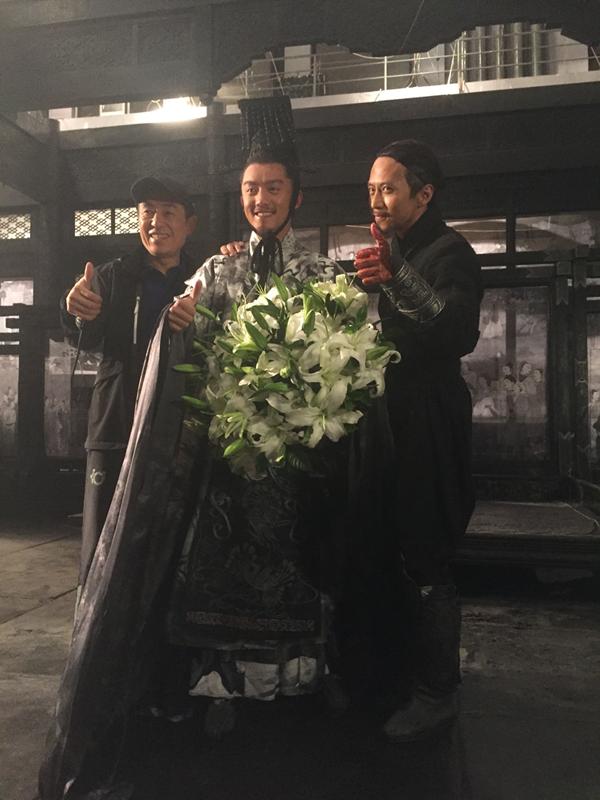 <br/>  11月5日,郑恺在微博发布了一组自己新电影《影》的剧照,照片中,郑恺一席白衣,些许的黑色墨迹更是增添了几分狂浪的感觉。<br/>