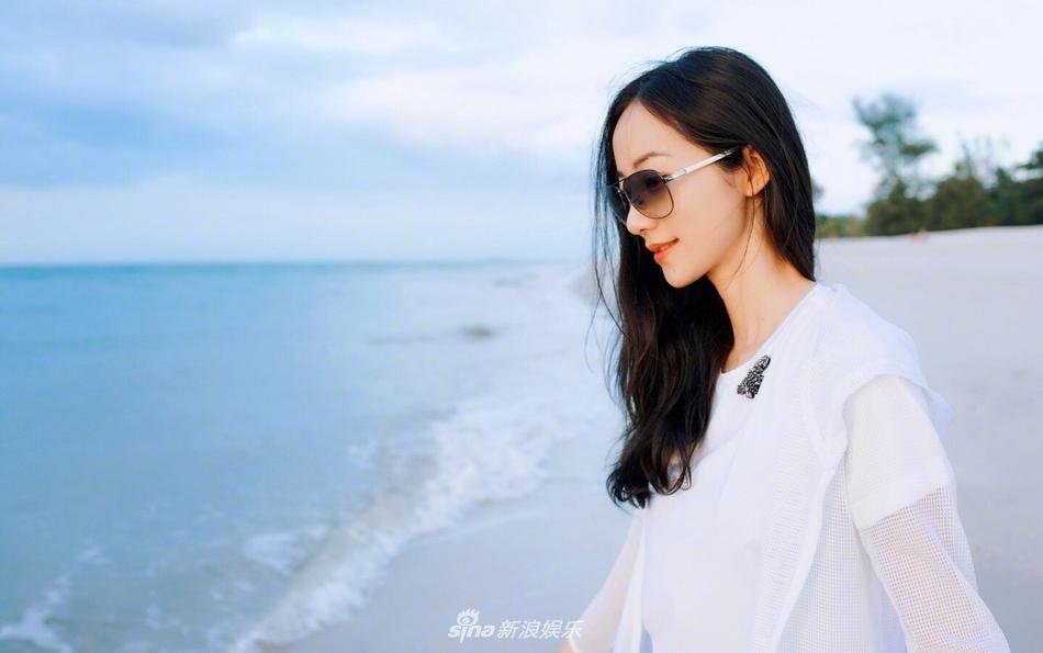 <br/>  近日,明星韩雪在微博上晒出了一组海边度假的美照,照片中的她身着简单素净的白色T恤、黑色短裤,搭配轻薄防晒服,信步闲庭游走于蓝天碧海间。并俏皮配文:&amp;ldquo;听说你那里很冷,我是来拉仇恨的。又见#标准游客照#。&amp;rdquo;<br/>