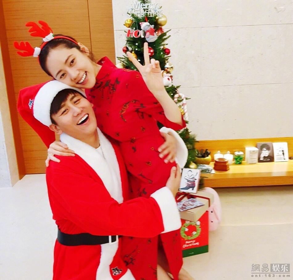 <br/>  12月25日韩国女星秋瓷炫在微博晒出与老公于晓光的圣诞照片,怀孕4个月的她小腹微隆,气色不错,配上一身大红色,十分喜庆。<br/>