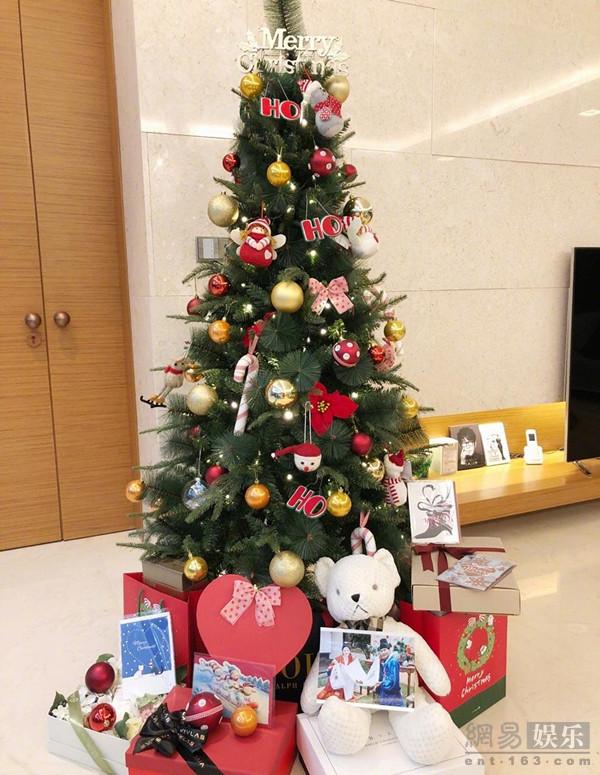<br/>  12月25日韩国女星秋瓷炫在微博晒出与老公于晓光的圣诞照片,怀孕4个月的她小腹微隆,气色不错,配上一身大红色,十分喜庆。
