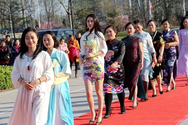 聊城:300余位水城女性在旗袍文化年会各展风姿