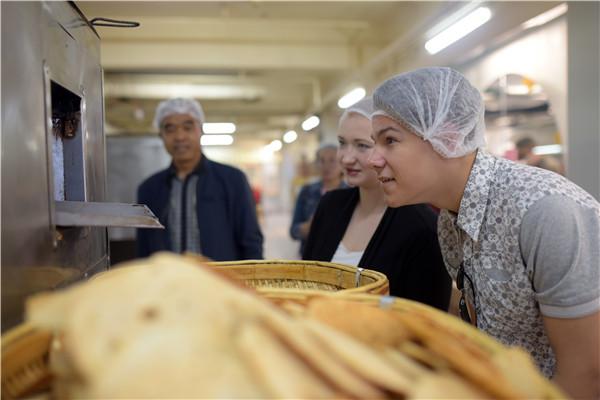 俄罗斯留学生体验烧饼制作 惊叹非遗技艺传于手