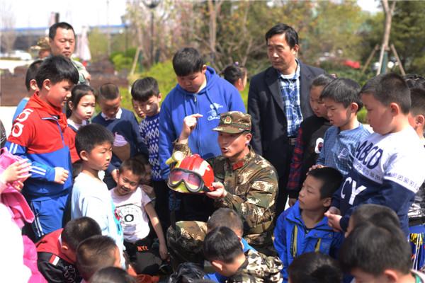"""中国山东网小记者走进绿城·百合花园体验""""小小消防员"""""""