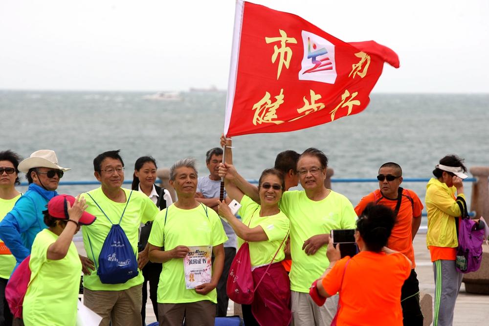 """20公里!青岛8000人沿海一线毅行 走出""""国际范儿"""""""