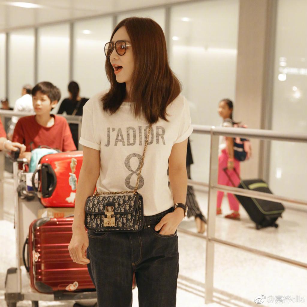 <br/>  8月18日,辣妈Ella微博晒出一组照片,她身穿白色T恤牛仔裤搭红色高跟鞋时髦帅气,嘴角上扬满面春风。网友羡慕称&amp;ldquo;生完孩子还能有这身材啊&amp;rdquo;。<br/>