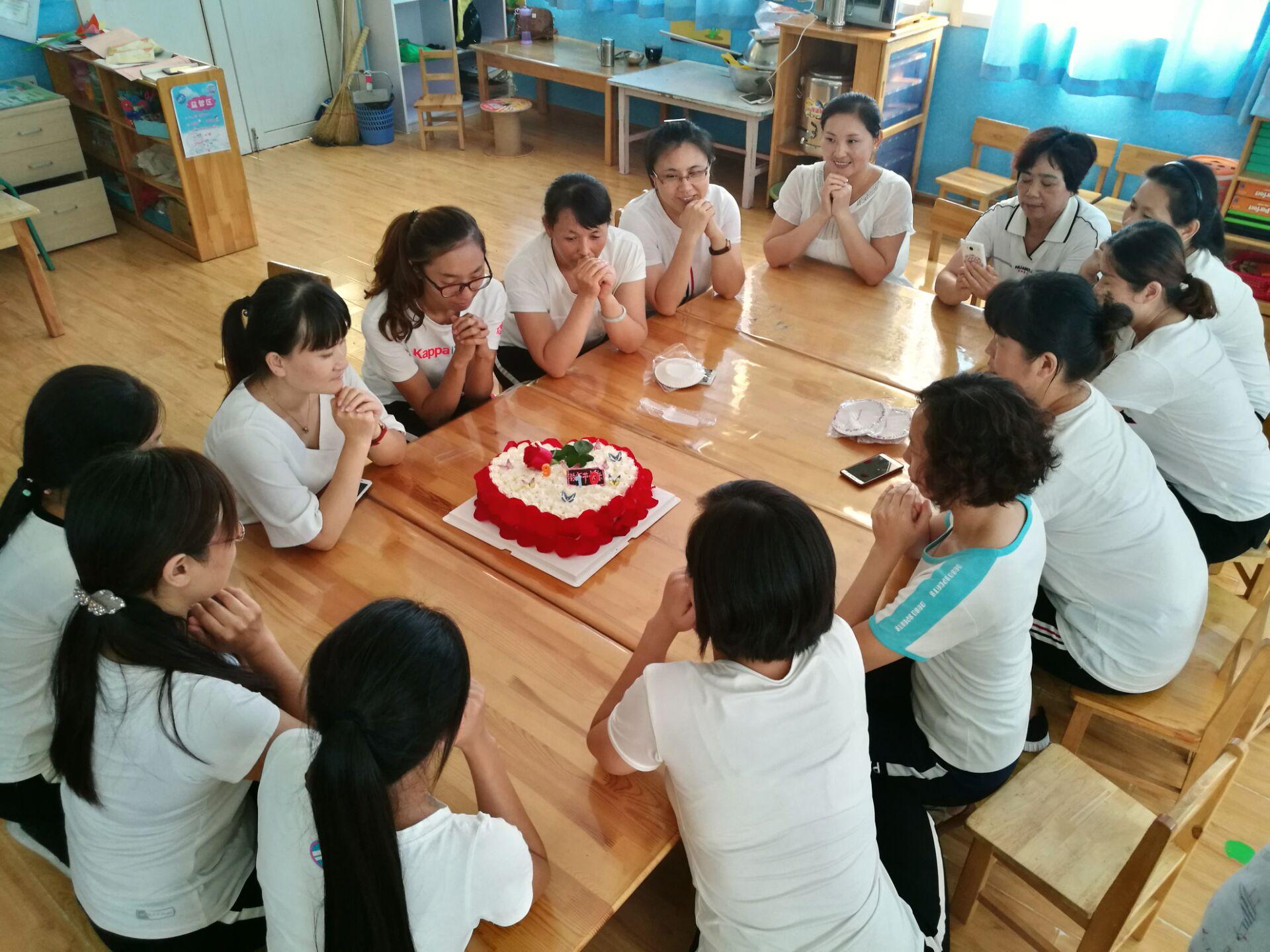 <br/>  &amp;ldquo;当我们所有人的手牵在一起,当《同一首歌》的歌声飘荡在校园时,我们每个人的心是暖的,情是真的,爱是满的。&amp;rdquo;该幼儿园老师杨义华说。图为,老师们甜蜜许下自己的愿望。