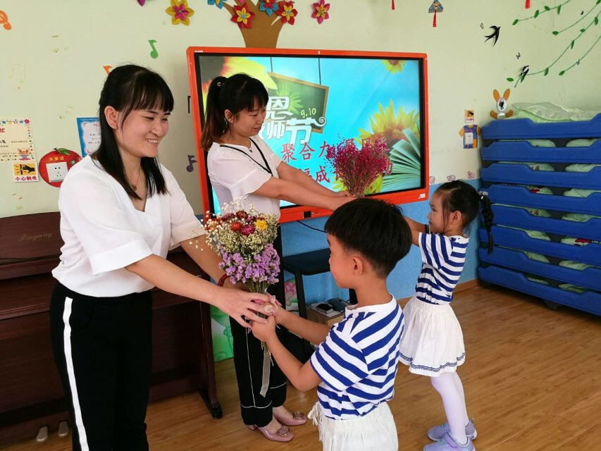 <br/>  此前经过大家头脑风暴,幼儿园制定了&amp;ldquo;聚合力、展风彩,幸福成长在十幼&amp;rdquo;的教师节团队活动。为打造快乐、合作、发展的教师品牌而共同努力。图为老师们齐心协力做游戏。<br/>