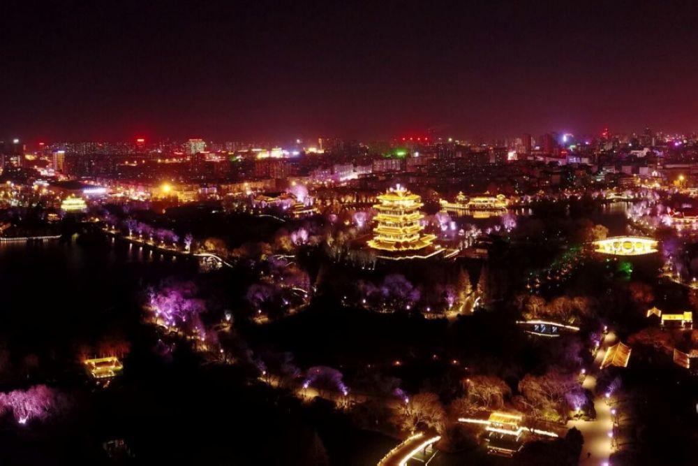 <br/>  1月9日夜,济南大明湖景区成千上万盏彩灯齐亮,让大明湖景区变成了彩色的世界。这里奉献三个全景图给观众过过眼瘾。<br/>