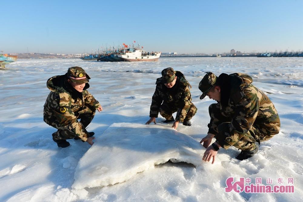 <br/><br/>  2018年1月12日,青岛边防支队红岛边防派出所民警在渔港查看冰情。<br/>