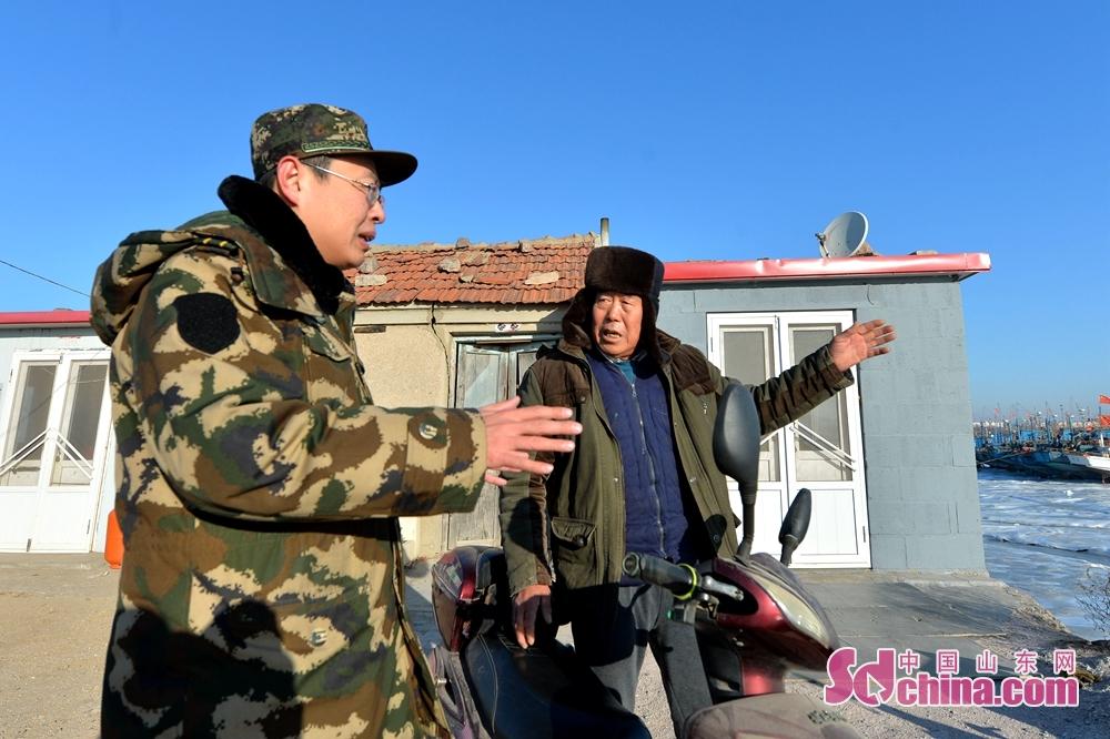 <br/><br/>  2018年1月12日,青岛边防支队红岛边防派出所民警走访养殖户渔民,了解海冰对渔业养殖带来的影响。<br/>