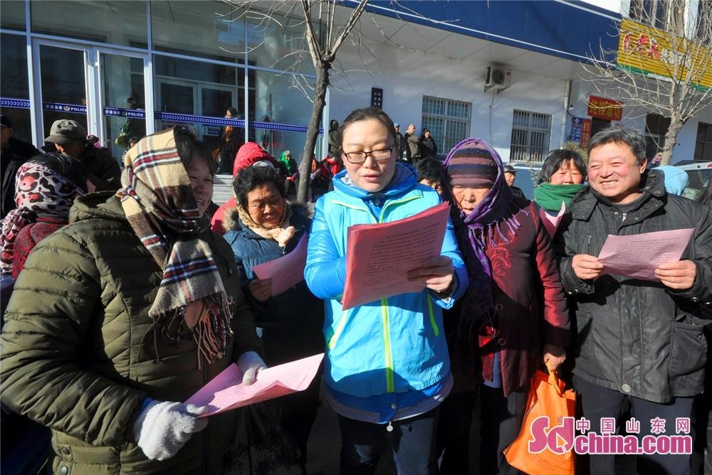 <br/>  1月10日,沂源县南鲁山镇机关人员与村民在上土门村宣传禁放或限放烟花爆竹的倡议。