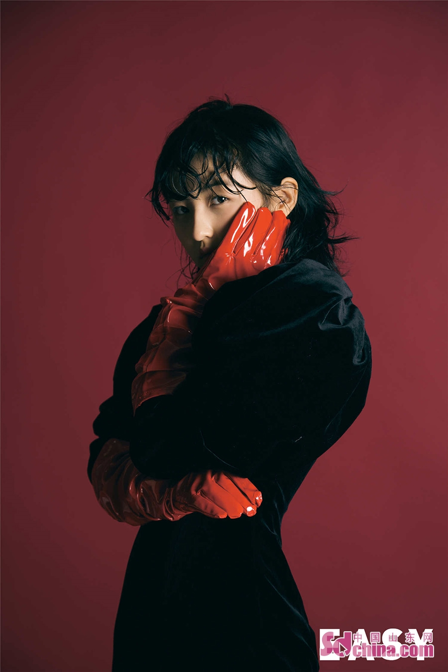 <br/>  日前,张子枫为Easy拍摄了一组写真,色彩浓烈的背景搭配张子枫大红的衣着和紫色的毛领,呈现出浓墨重彩的油画风。额前的湿发还有倔强的眼神显得甜酷十足,让人眼前一亮。<br/>