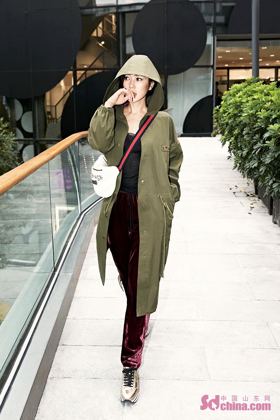 <br/>  近日,演员余男曝光一组时尚街拍。照片中她身穿军绿连帽风衣内搭酒红色丝绒套装,加以金色球鞋与白色腰包点缀,大胆的撞色look抓人眼球,时髦前卫的混搭风个性却不失女人味,在寒冷的天气中带来随性惬意的活力感。<br/>