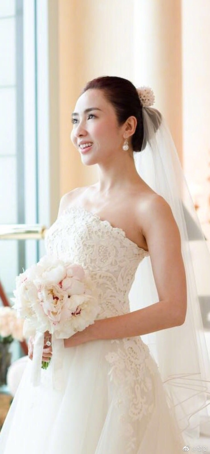 <br/>  18日,黎姿在微博庆祝结婚纪念日罕见秀恩爱。在这个特殊的日子,黎姿晒出和老公的婚纱照,并附有老公送的鲜花。两人结婚多年,始终相爱如初,真是惹人羡慕。<br/>