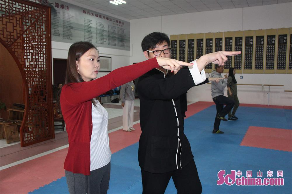 Zhang Zhengli, 20th inheritor of Chen-style Tai Chi, teaches a foreigner about the forms of Taiji Sword. Four foreign students that learn in Shandong University arrived at Jinan Zhengli Chen-style Taijiquan Club recently to study Taiji Sword, one of the important versions of Tai Chi. (Sdchina.com/Nie Dan)<br/>