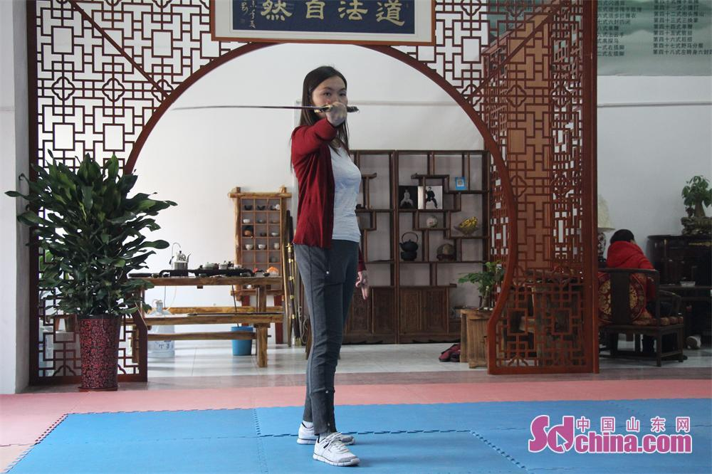 A foreinger performs Taiji Sword. Four foreign students that learn in Shandong University arrived at Jinan Zhengli Chen-style Taijiquan Club recently to study Taiji Sword, one of the important versions of Tai Chi. (Sdchina.com/Nie Dan)<br/>