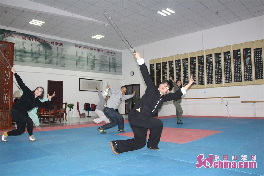 Foreigners learn Taiji Sword. Four foreign students that learn in Shandong University arrived at Jinan Zhengli Chen-style Taijiquan Club recently to study Taiji Sword, one of the important versions of Tai Chi. (Sdchina.com/Nie Dan)<br/>