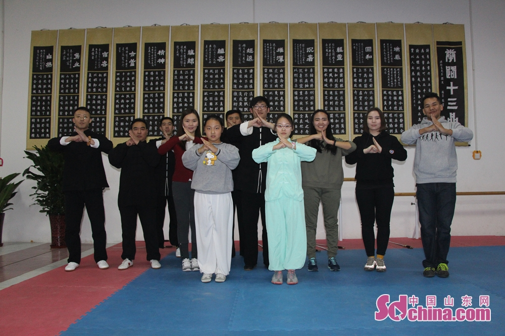Particiants pose for a group photo after the activity. Four foreign students that learn in Shandong University arrived at Jinan Zhengli Chen-style Taijiquan Club recently to study Taiji Sword, one of the important versions of Tai Chi. (Sdchina.com/Nie Dan)