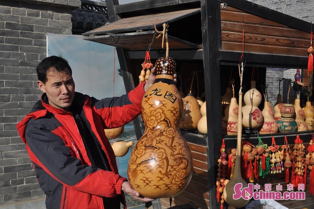 聊城の無形文化遺産を宣伝し、文化と観光の融合を促進し、風景区の文化雰囲気を生かすため、新年の際、中華水上古城は大型民俗文化演出が演じた。たくさんの観光客と市民の注目を集めた。聊城市張炉集鎮張炉集村の張宗陣さんは観光客にヒョウタン画作品を展示していた。<br/>