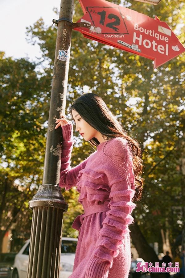 <br/>  日前许梦圆曝光一组大片写真,照片中许梦圆变换多套时装造型,或俏皮奔跑或驻足凝望,诠释苍茫原野上属于少女的自由与浪漫。而一字荷叶领与H型针织下摆、俏皮娃娃领与阔型蕾丝裙摆的设计使许梦圆于青涩与成熟之间随性切换,释放多重魅力。红唇一点的元气妆容更是将粉色的优雅与烂漫多重演绎,给寒冷的冬日带来一抹温柔的色彩。目前,由许梦圆主演的《你好,旧时光》正在热播。<br/>