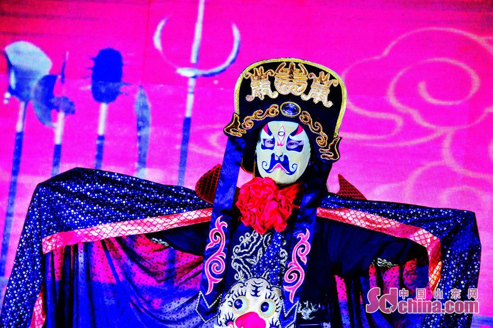 <br/>  茌平基层街道迎新晚会上,演员表演川剧变脸迎接新年,祈愿新的一年越来越美好。<br/>