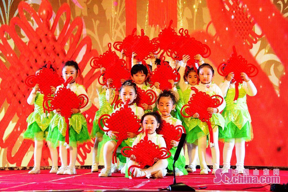 <br/>  元旦前夕,聊城茌平县社会各界群众,穿上节日的盛装、载歌载舞迎接2018年的到来。<br/>