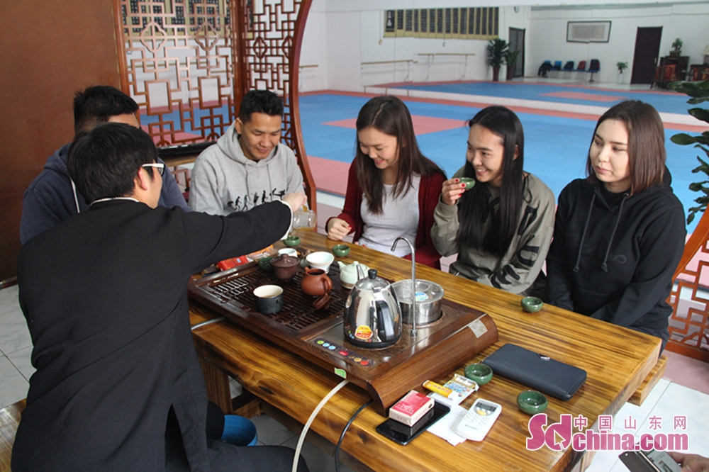 People taste tea before learning the Taiji Sword. Four foreign students that learn in Shandong University arrived at Jinan Zhengli Chen-style Taijiquan Club recently to study Taiji Sword, one of the important versions of Tai Chi. (Sdchina.com/Nie Dan)<br/>