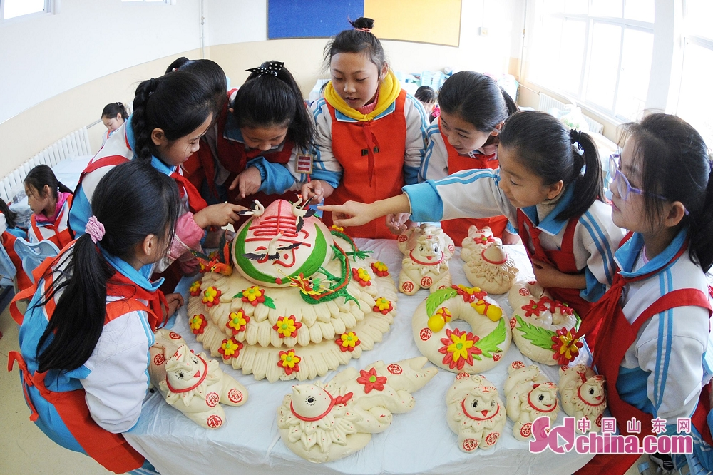 Pupils learn to make dough sculptures to embrace the upcoming Chinese New Year in Qingdao, east China's Shandong Province. (Sdchina.com/Wang Haibin)<br/>