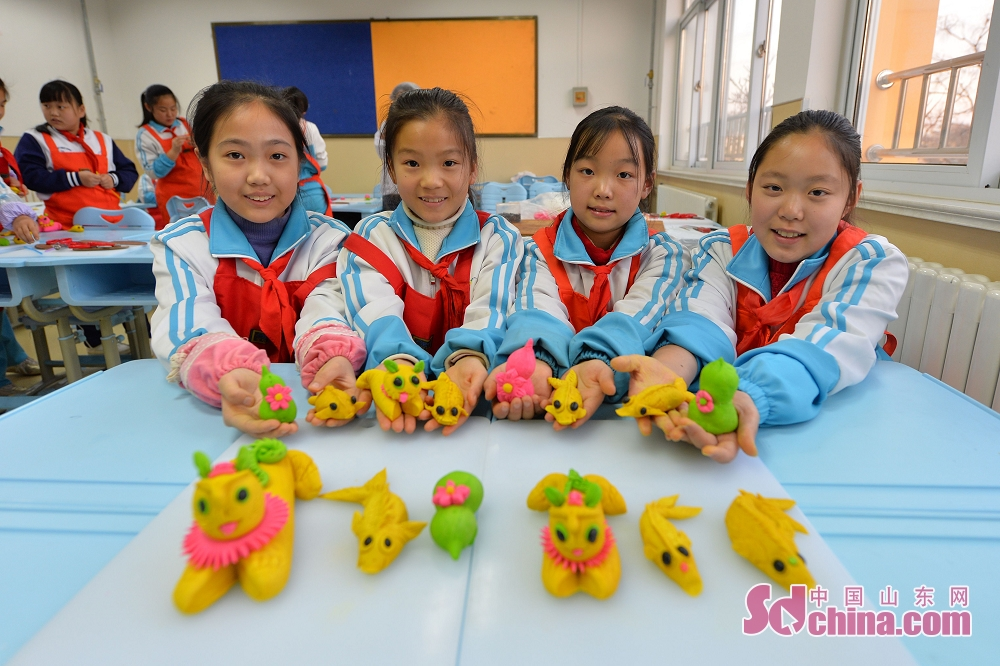 Pupils display the dough sculptures created by themselves in Qingdao, east China's Shandong Province. (Sdchina.com/Wang Haibin)<br/>