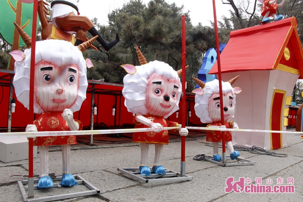 Sheep-shaped lanterns are specially designed for children.