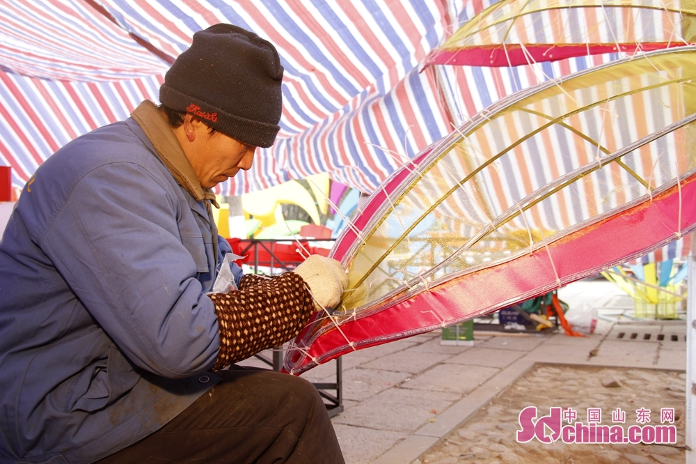 A worker is assembling lanterns.<br/>