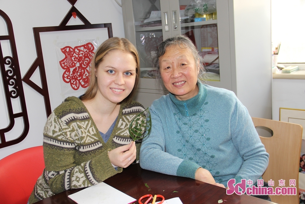 A foreigner display her laef carving work. Recently, three foreigners went to the studio of Du Wanli, famous leaf carving artist, at the invitation of &amp;ldquo;Touch Shandong&amp;rdquo; column of Sdchina.com to learn leaf carving.(Sdchina.com/Jiao Jingsai)<br/>