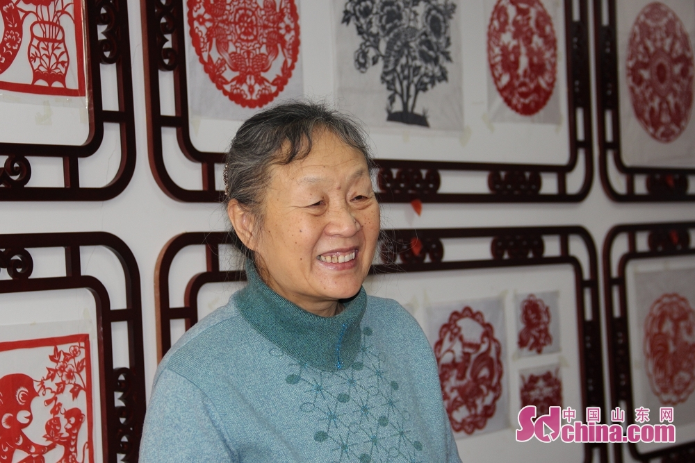 Du wanli, famous artist of leaf carving, is seen in her studio. Recently, three foreigners went to the studio of Du Wanli at the invitation of &amp;ldquo;Touch Shandong&amp;rdquo; column of Sdchina.com to learn leaf carving.(Sdchina.com/Jiao Jingsai)<br/>